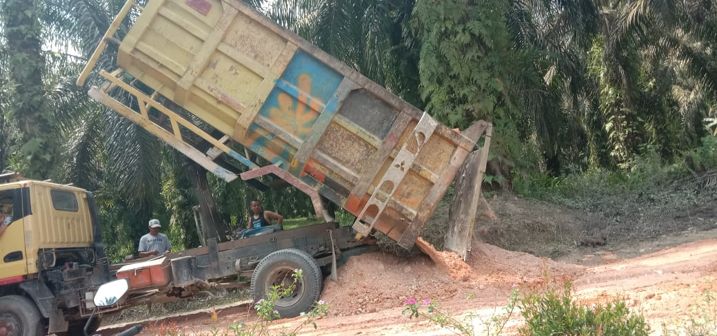 UUO Hikmah Jaya Desa Petapahan Jaya dan RAM RIZKY KM 56 berikan Bantuan Tanah Timbun untuk jalan pemukiman yang hancur di Desa Petapahan